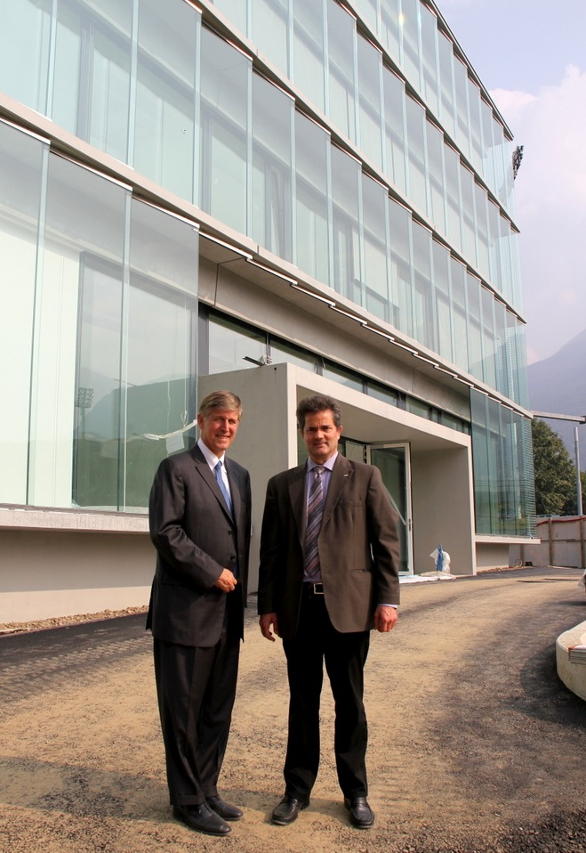 Donald Beyer (left) and Thomas Schulthess in front of the new CSCS building